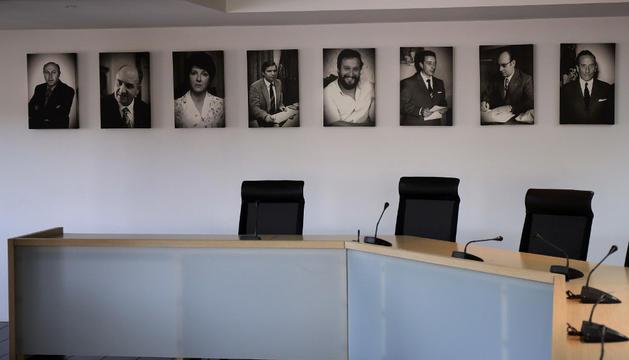 Los retratos de los ocho alcaldes cuelgan ya en una de las paredes del salón de plenos