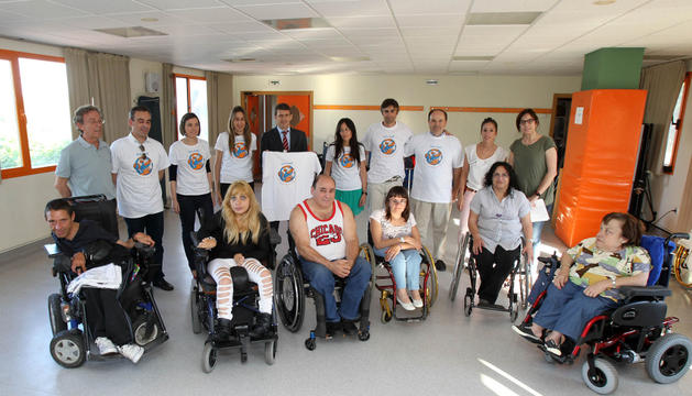 Usuarios, responsables y voluntarios de Amimet, durante el acto celebrado en Tudela