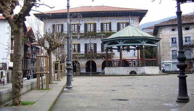 Aspecto parcial de la plaza Zaharra, con el Ayuntamiento de Lesaka al fondo