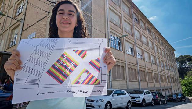 María Puy Ugarte Monreal, con su diseño, delante del colegio Nuestra Señora del Puy