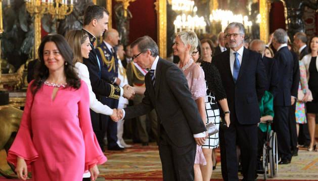 Los reyes Felipe VI y Letizia, en la recepción a los representantes institucionales en el Palacio Real