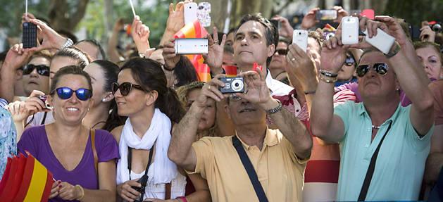 Ciudadanos, aplaudiendo a Felipe VI a su paso por las calles de Madrid