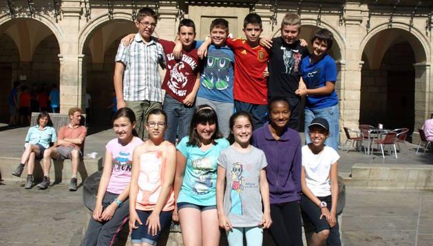 El grupo de escolares, en la plaza del ayuntamiento de Viana