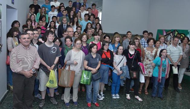 Los premiados junto a Enrique Maya, alcalde de Pamplona, y miembros de la Corporación municipal.