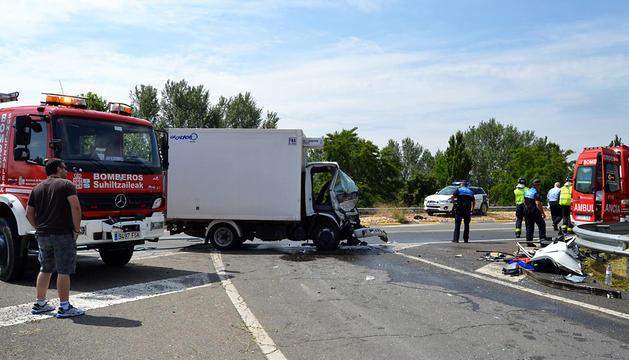 El impacto entre ambos vehículos dañó seriamente los vehículos y dejó abundantes restos materiales en la calzada. mari paz gener
