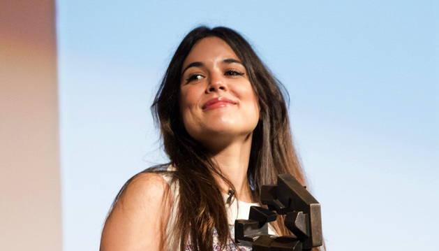 Adriana Ugarte posa con el Premio Ciudad de Huesca en reconocimento a su trayectoria