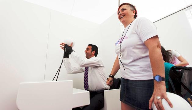 El consejero Íñigo Alli realiza una de las pruebas del Experience Cube
