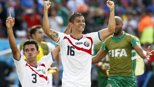 Giancarlo Gonzalez y Christian Gamboa celebran el pase de Costa Rica