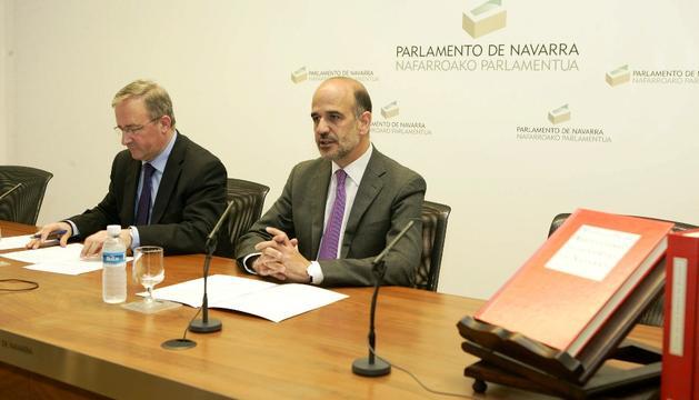 Alberto Catalán, presidente del Parlamento, y Luis Fortún, jefe del servicio de Archivo, Biblioteca y Documentación de la Cámara, durante la presentación