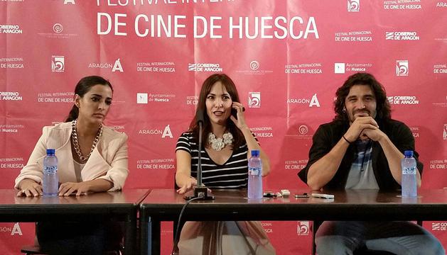 Paula Ortiz, rodeada de Inma Cuesta y Álex García.