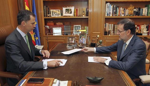 El rey Felipe VI, en el Palacio de la Zarzuela con Mariano Rajoy.