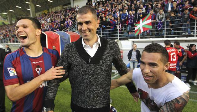 Los jugadores del Eibar celebran el ascenso