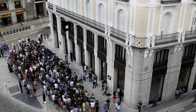 Colas para entrar en la tienda de Apple en Madrid