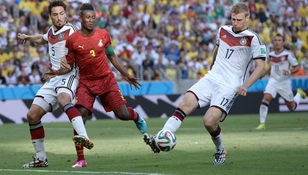 Mertesacker controla una pelota contra Ghana