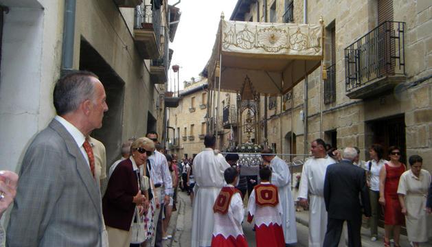 En palio, durante una procesión del Corpus de años anteriores por las calles de Olite