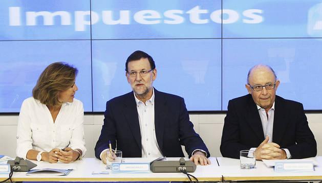 El jefe del Ejecutivo, Mariano Rajoy (c), junto a la secretaria general del PP, Maria Dolores de Cospedal, y el ministro de Hacienda, Cristóbal Montoro
