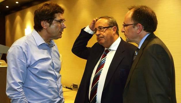 Javier Zabaleta, junto al gerente, Ángel Vizcay, y el financiero, Ángel Ardanaz