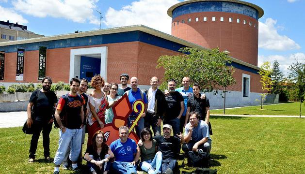 Los participantes en el #hacksanfermin posan delante del Planetario de Pamplona.