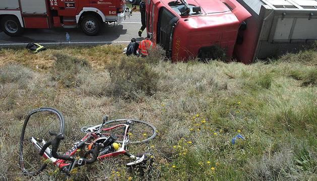 Dos ciclistas murieron y otro resulto herido leve tras volcar sobre ellos un camión cargado con cerdos.
