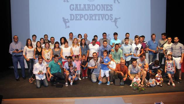 Los homenajeados, campeones y subcampeones de torneos locales y autoridades posaron juntos con sus trofeos al finalizar la gala
