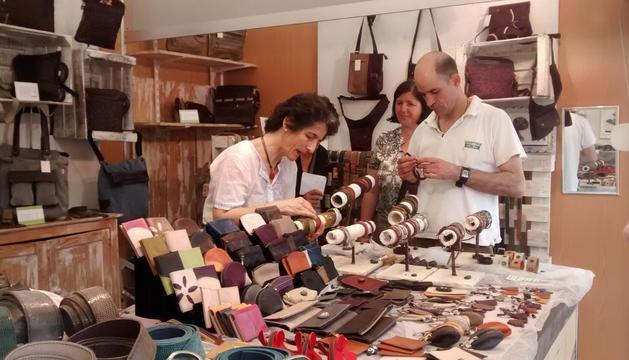 El puesto del taller de cuero de Sergio Gomara