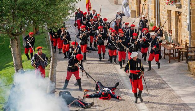 Momento de la  entrada de los carlistas a la plaza del Rebote de Lácar, con soldados liberales heridos ya en el suelo