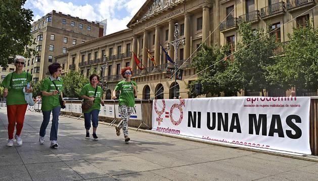 Varias mujeres corren en Pamplona con motivo de la I Marcha popular contra el maltrato