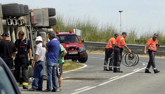 Agentes de la Policía Foral retiran las bicicletas de los dos ciclistas que han fallecido