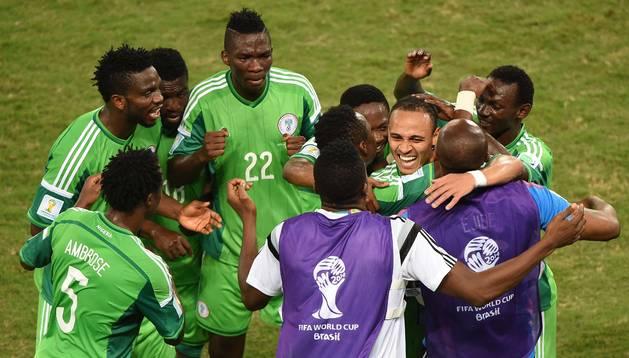Odemwingie celebra un gol con sus compañeros de la selección de Nigeria