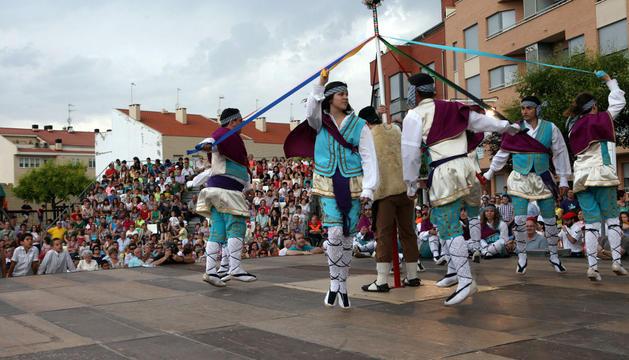 El grupo de danzantes de San Juan, en uno de los bailes que protagonizó durante el Paloteado
