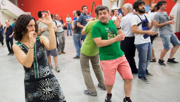 Belén Otxotorena dirige a los miembros de La Pamplonesa, el viernes en el local de la comparsa de Gigantes de Pamplona