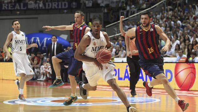 El alero estadounidense del Real Madrid Darden (2-d) escapa del griego Papanikolau