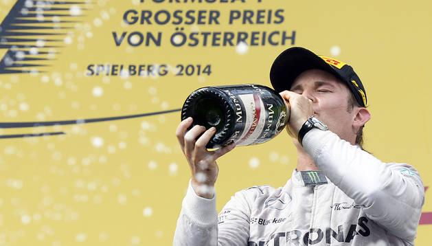 El alemán Nico Rosberg celebra en el podio la victoria en el Gran Premio de Austria 2014