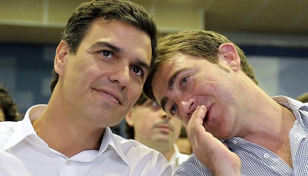 El aspirante a liderar el PSOE Pedro Sánchez (i), escucha al secretario general del Partido Socialista de Navarra (PSN), Roberto Jiménez, durante la reunión que mantenida en Pamplona