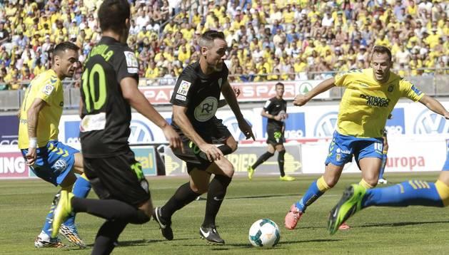 Javi Castellano conduce la pelota en el partido ante Las Palmas