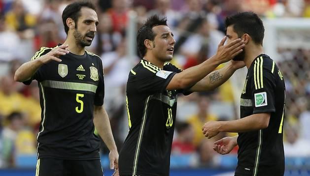 Juanfran y Cazorla felicitan a Villa por su gol