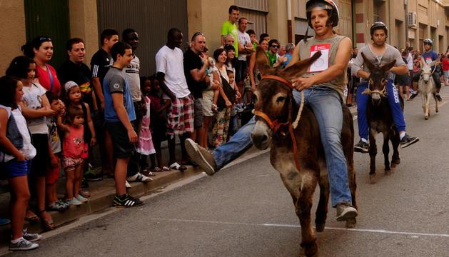 Alfonso Jiménez, a lomos del burro Mario Vaquerizo, entrando en la línea de meta. Detrás, Jesús Jiménez, con el burro Jorge Javier