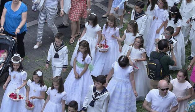 Varios de los niños que han hecho la primera comunión este año, durante la procesión