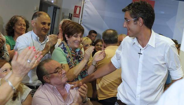 El aspirante a liderar el PSOE, Eduardo Madina (d), saluda a los militantes del PSN durante el actro celebrado este lunes en Pamplona
