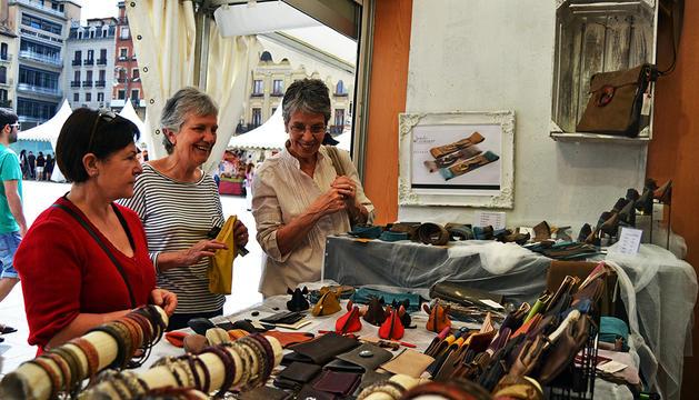 Clientas en el puesto del taller de cuero de Sergio Gomara