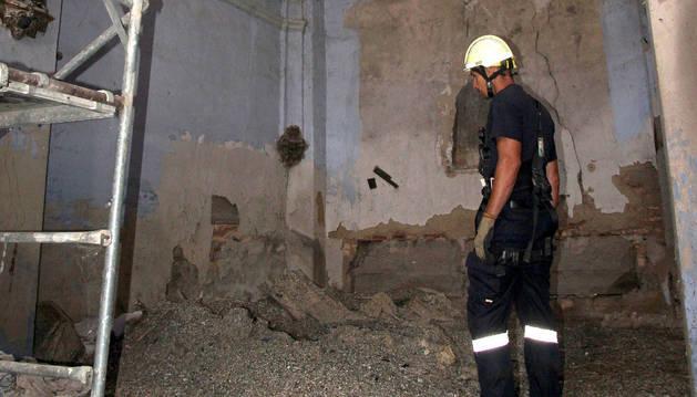 Un bombero observa suciedad acumulada en el interior de San Nicolás