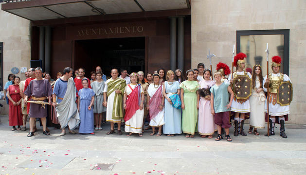 Los miembros de las asociaciones Amigos de Cascante Vicus, y Amigos del Muro (Ólvega), en el acto de hermanamiento frente al ayuntamiento
