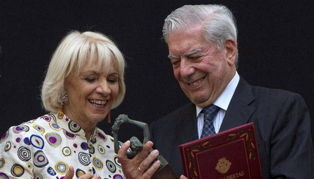 Mario Vargas Llosa junto a la alcaldesa de Cádiz, Teófila Martínez