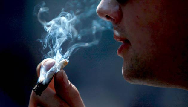 Un joven fumando un porro