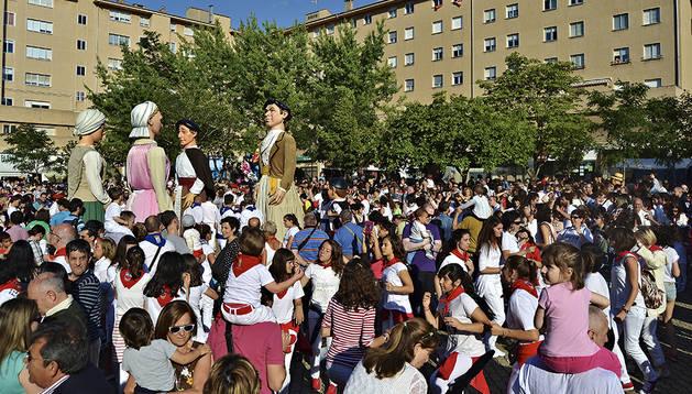 Buen ambiente, homenajes y celebraciones en el lanzamiento del chupinazo anunciador de las fiestas de Barañáin 2014.