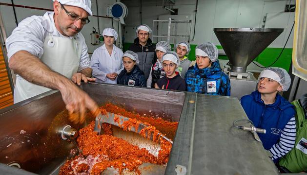José Manuel González Fernández enseña el proceso de elaboración a escolares de Viana