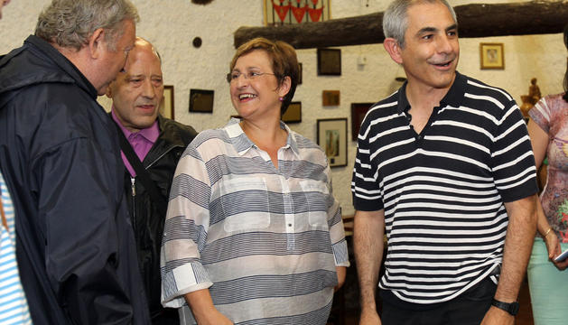 Blanca Aldanondo recibe la felicitación de Jesús Marquina y Anselmo del Barrio