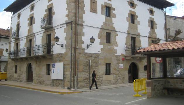Aspecto parcial del Ayuntamiento de Lakuntza, localidad que se beneficia de la obra de conducción de agua