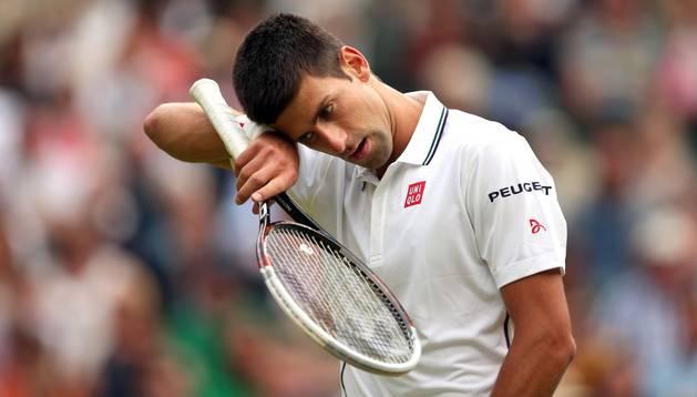 Djokovic sufre en Wimbledon para ganar a Radek Stepanek