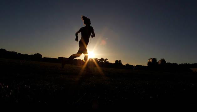 Si la lluvia no lo impide, los participantes en las pruebas de la San Fermín Marathon disfrutarán del atardecer mientras completan el recorrido de la prueba